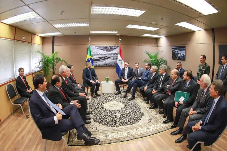 O presidente Jair Bolsonaro e o presidente do Paraguai, Mario Abdo Benítez, em reunião durante a cerimônia de posse do general Joaquim Silva e Luna como diretor de Itaipu