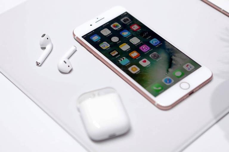 Iphone 7 ao lado do novo fone AirPods