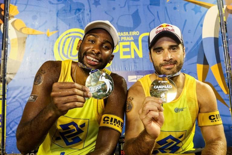 Bruno Schimdt (à dir.), atleta olímpico brasileiro no vôlei de praia. ao lado do parceiro na modalidade, Evandro