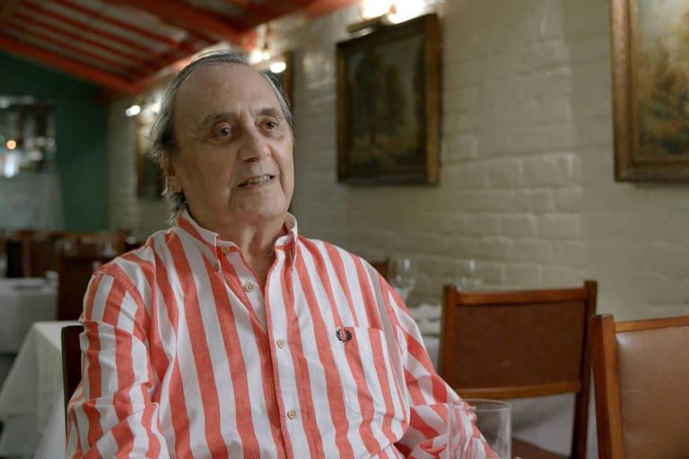 """Humorista Agildo Ribeiro em cena do documentário """"Tá Rindo de Quê?"""""""