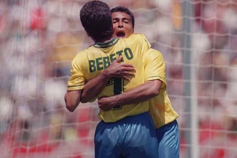 Copa do Mundo, 1994, oitavas de final: Bebeto e Romário em jogo da seleção brasileira contra os EUA. Palo Alto, EUA, 04.07.1994. Foto: Antônio Gaudério/Folhapress  ORG XMIT: AGEN1011241428247096
