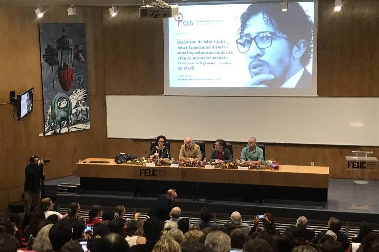 O ex-deputado Jean Wyllys (PSOL-RJ) fala sobre a situação política do Brasil durante palestra na Universidade de Coimbra, em Portugal
