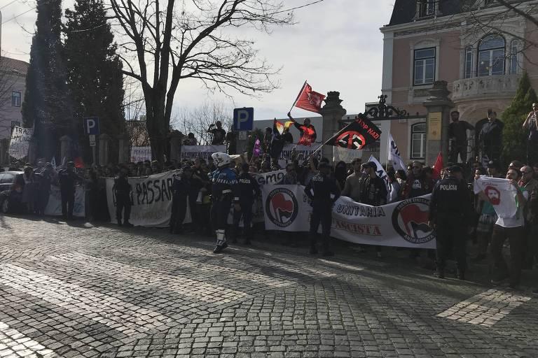 Manifestação a favor da palestra de Jean Wyllys na Universidade de Coimbra. Na entrada da faculdade, movimentos sociais, estudantes e partidos de esquerda de Portugal reuniram cerca de 200, com palavras de ordem contra o fascismo