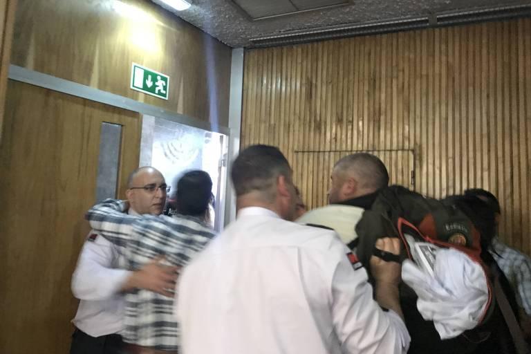 Dois homens jogam ovos contra o ex-deputado Jean Wyllys durante palestra na Faculdade de Economia da Universidade de Coimbra, em Portugal. Eles foram removidos pela segurança do evento. Apenas um ovo foi na direção da mesa, sendo desviado por um segurança e ninguém chegou a ser atingido