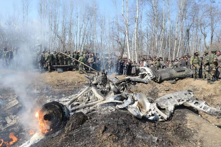 Soldados indianos observam destroços de avião da Força Aérea Indiana na Caxemira
