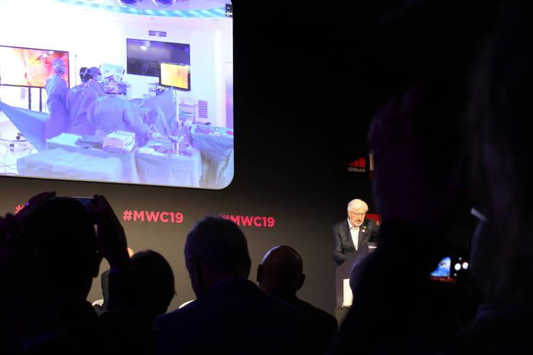 Médico comanda cirurgia remota em evento de tecnologia em Barcelona