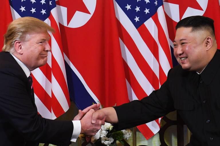 Donald Trump, fala com o ditador da Coréia do Norte, Kim Jong Un, durante uma reunião em Hanói