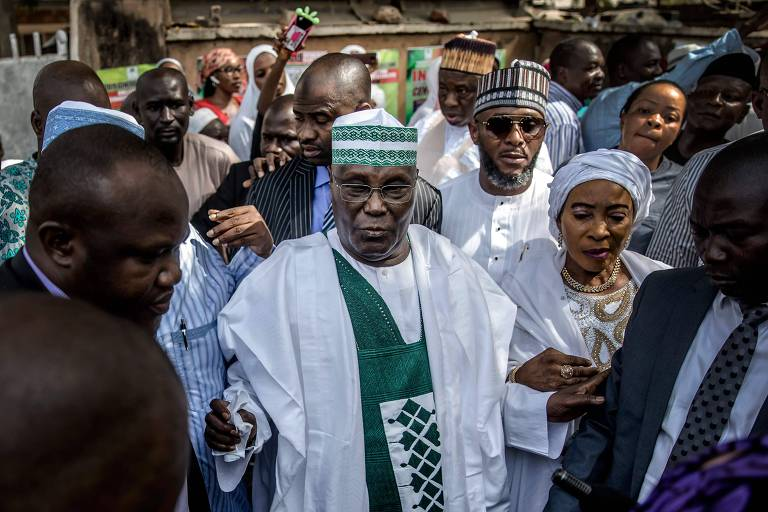 Atiku Abubakar após votar na eleição em que era candidato