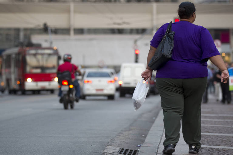 Mulher caminha na rua