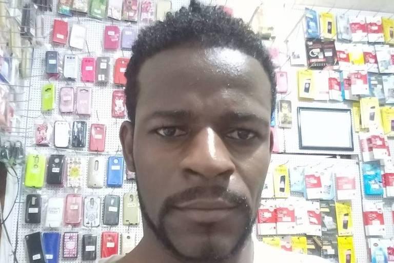 Empresário imobilizado por policiais militares da Bahia e retirado à força de uma agência da Caixa Econômica, em Salvador