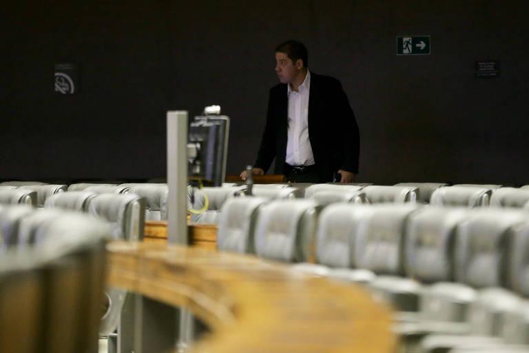 O deputado Altinêu Cortes (PR-RJ) registra presença no plenário da Câmara às 7h30 desta quarta-feira (27); minutos depois, ele estava no aeroporto de Brasília para viajar