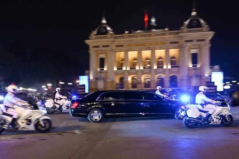 Limousine levando Kim Jong-un é escoltada por policiais vietnamitas à frente da Ópera de Hanói
