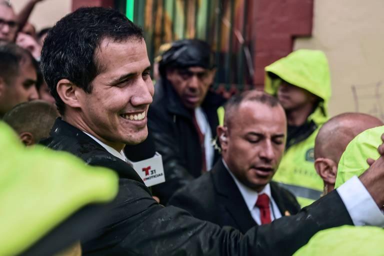 Juan Guaidó é cumprimentado após reunião do Grupo de Lima em Bogotá