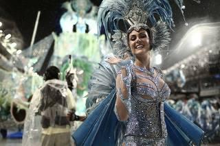 cbbf87b14b905 Carnaval nem sempre é glamour  relembre os tombos das musas e rainhas em  plena avenida. A apresentadora Ana Hickmann ...
