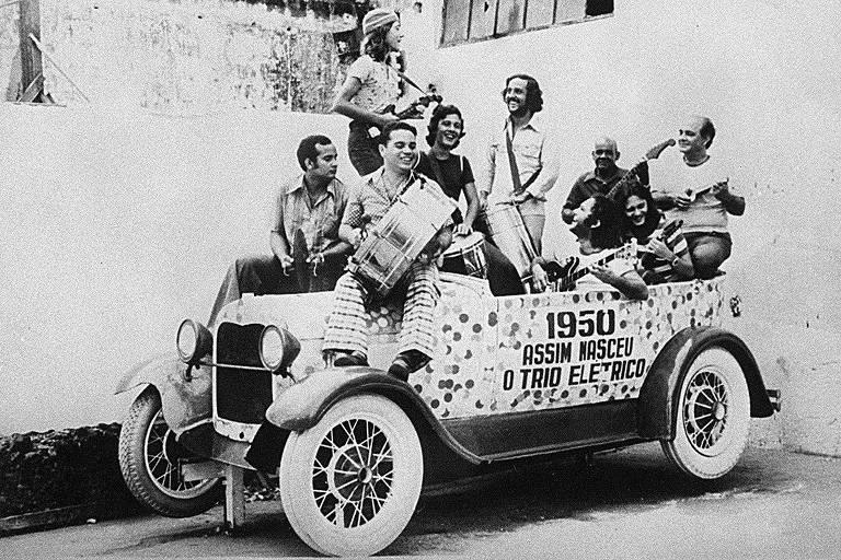 A banda Armandinho, Dodô e Osmar comemora as bodas de prata do trio elétrico, em 1975, numa fobica igual à que circulou no Carnaval de 1950, em Salvador (BA).