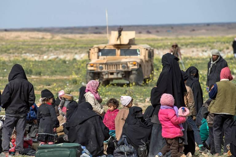 Civis fugindo do grupo do Estado Islâmico em Baghouz, na Síria