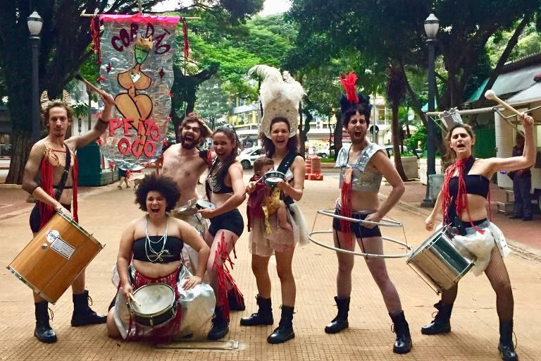 Atores fantasiados para o Carnaval tocam instrumentos