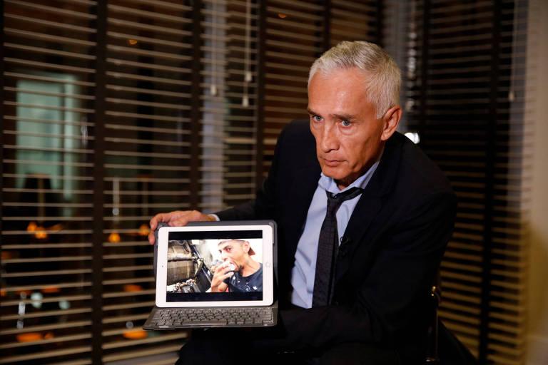 Homem de terno segura tablet que mostra imagem de jovem comendo pedaço de comida