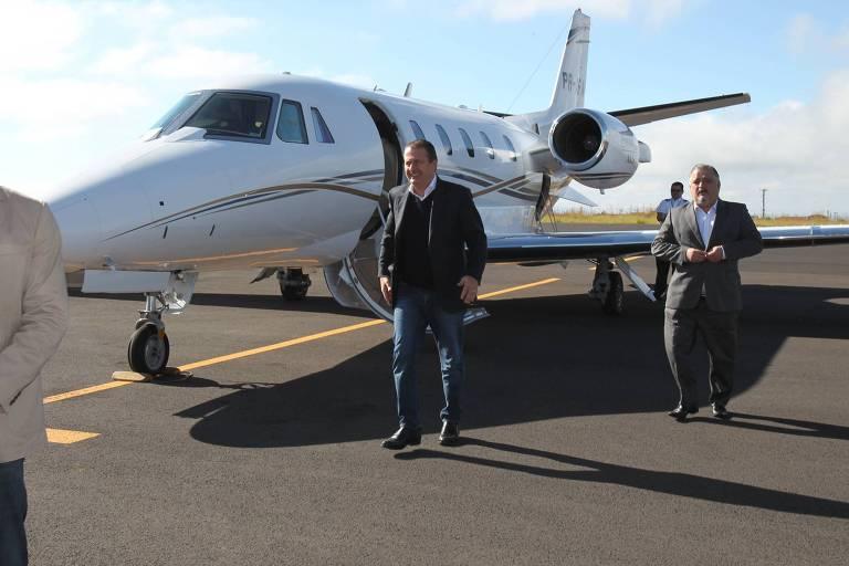 O ex-governador Eduardo Campos com o avião em que acabou morrendo, em 2014
