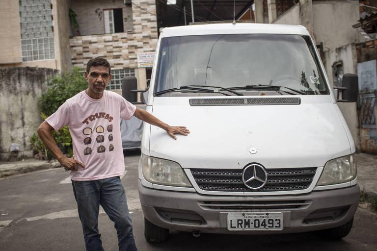 Retrato de Jaci Santos, motorista que trabalhou com a família Bolsonaro e comprou a van (que está a seu lado na foto) na época em que trabalhava com Jair Bolsonaro