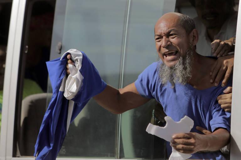 """O maratonista nicaraguense Alex Vanegas, que foi mantido preso como prisioneiro político, depois de ser libertado da prisão """"La Modelo"""" em Manágua"""