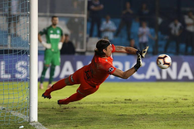 Cássio defende pênalti no jogo em que o Corinthians eliminou o Racing (ARG) na Copa Sul-Americana