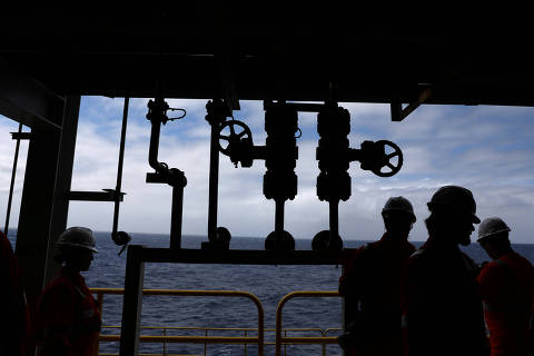 FILE PHOTO: Visitors walk during a visit to Brazil's Petrobras P-66 oil rig in the offshore Santos basin in Rio de Janeiro, Brazil September 5, 2018. Picture taken September 5. REUTERS/Pilar Olivares/File Photo ORG XMIT: FW1