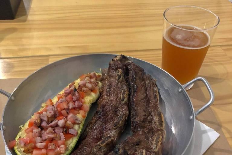 Assado de tira e cerveja Elvis Juice servidos no bar Reduto Mooca