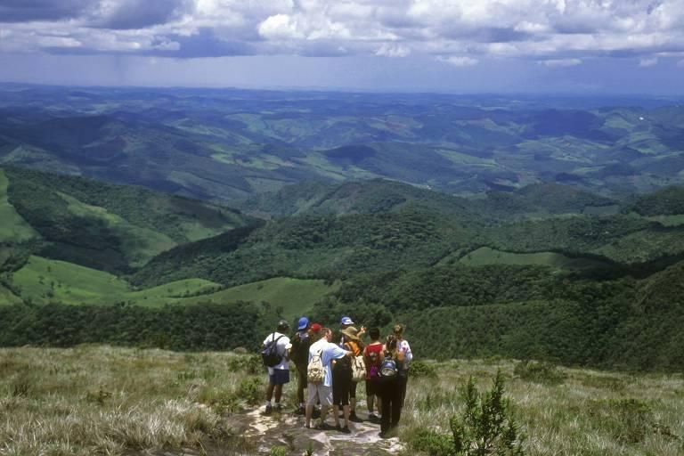 Turistas fazem trekking no Parque Estadual do Ibitipoca, em Conceição do Ibitipoca