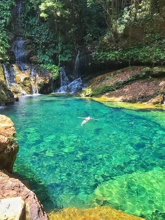 piscina natural de cor azul