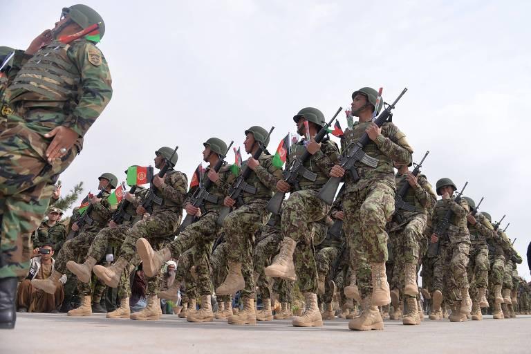 Exército Nacional do Afeganistão desfila durante uma cerimônia militar na base de Guzara, na região oeste do país, nesta quinta (28)