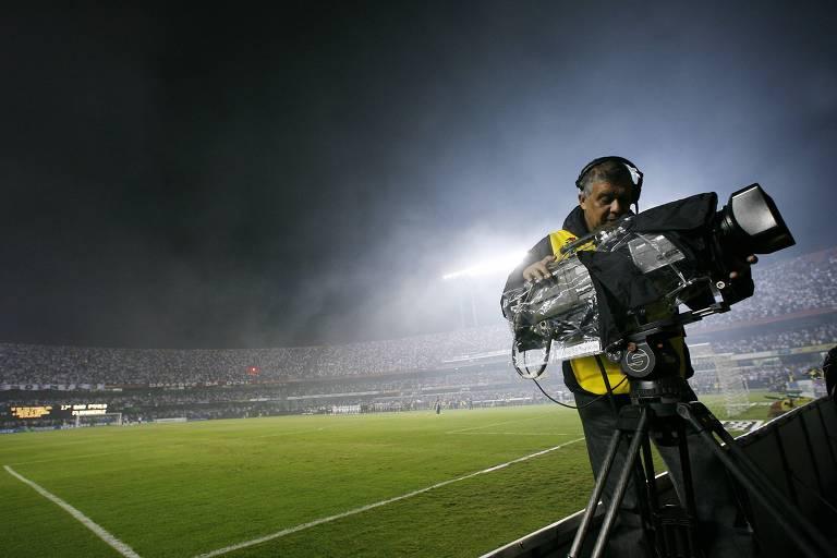 Cinegrafista ajusta câmera antes de partida no Morumbi