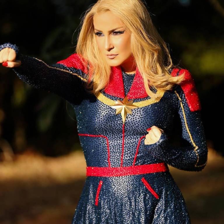 Claudia Leitte aparece loira e vestida de Capitã Marvel em seu primeiro dia de Carnaval