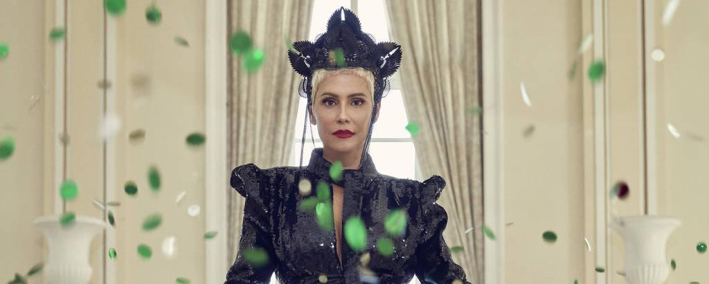 A atriz Deborah Secco posa para fotos como a rainha do Baile do Copacabana Palace deste ano, que homenageará a Itália