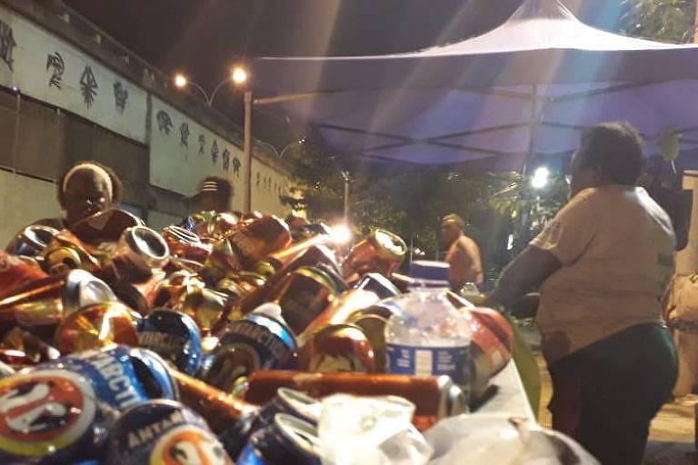 Catadores de materiais recicláveis contratados organizam as latinhas coletadas durante os ensaios técnicos das Escolas de Samba da Sapucaí, no Rio de Janeiro. Foto: Divulgação.