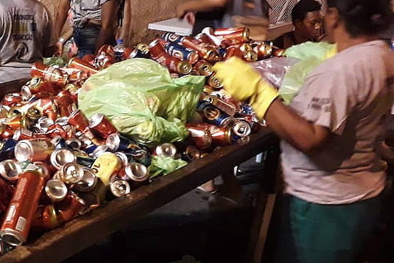 Catadores de materiais recicláveis contratados organizam as latinhas coletadas durante os ensaios técnicos das Escolas de Samba da Sapucaí, no Rio de Janeiro.