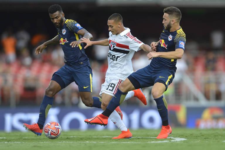 Em sua segunda partida como titular do São Paulo, Antony escapa da marcação de dois jogadores no empate sem gols do time tricolor contra o Red Bull, no Morumbi, pelo Campeonato Paulista