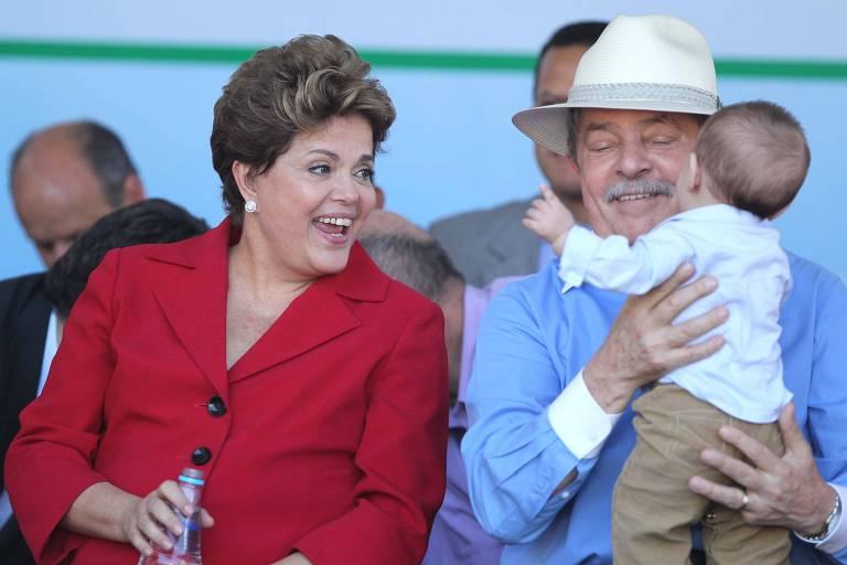 Ao lado da então presidente Dilma Rousseff, o ex-presidente Lula aparece com o neto Arthur em São Bernardo do Campo (SP) durante ato de campanha de Luiz Marinho (PT), que era candidato à reeleição