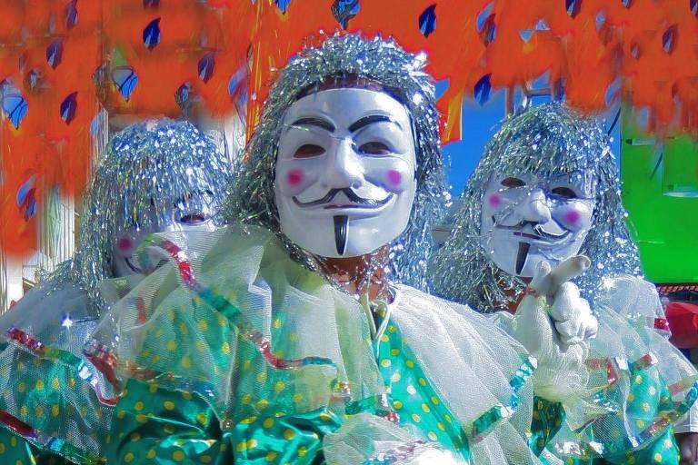 Foliões mascarados no Carnaval de Maragojipe (BA) em 2018