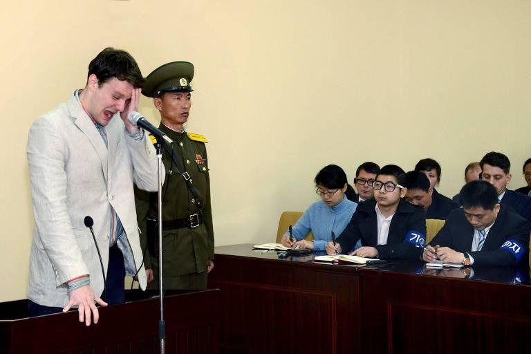 Otto Warmbier chora em durante audiência em uma corte na Coreia do Norte em imagem divulgada pela agência de notícias do país em março de 2016