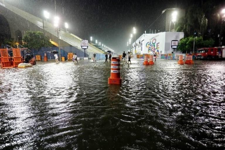 Chuva alaga sambódromo do Sapucaí, no Rio, em dia de desfiles