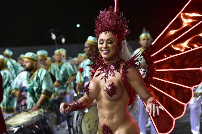 Juju Salimeni desfila seminua na X-9 Paulistana como rainha do fogo