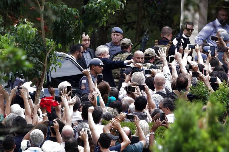 Lula em meio a apoiadores