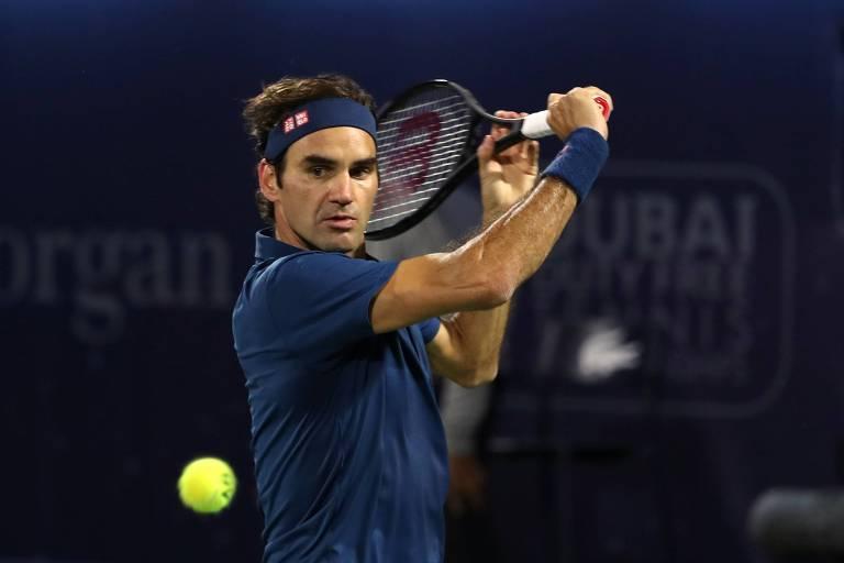 Federer rebate bola na final do Torneio de Dubai