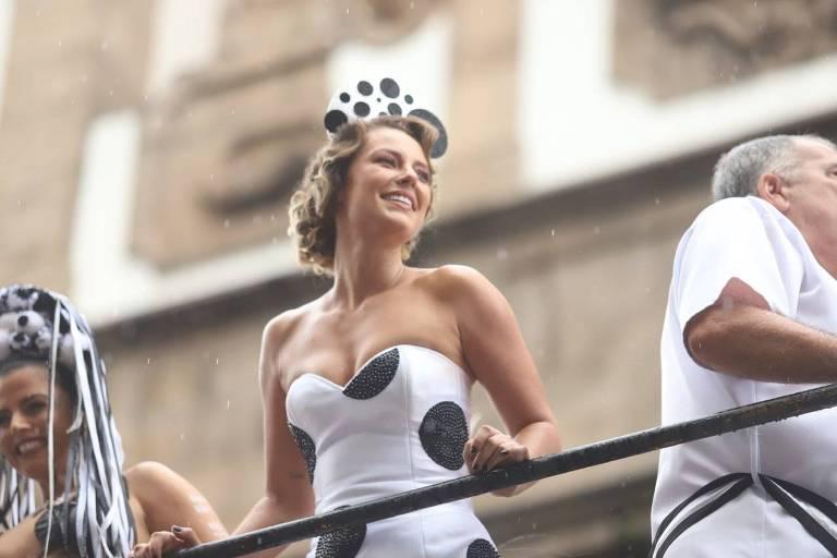 Paolla Oliveira e Leandra Leal desfilam no Bola Preta debaixo de chuva; veja fotos