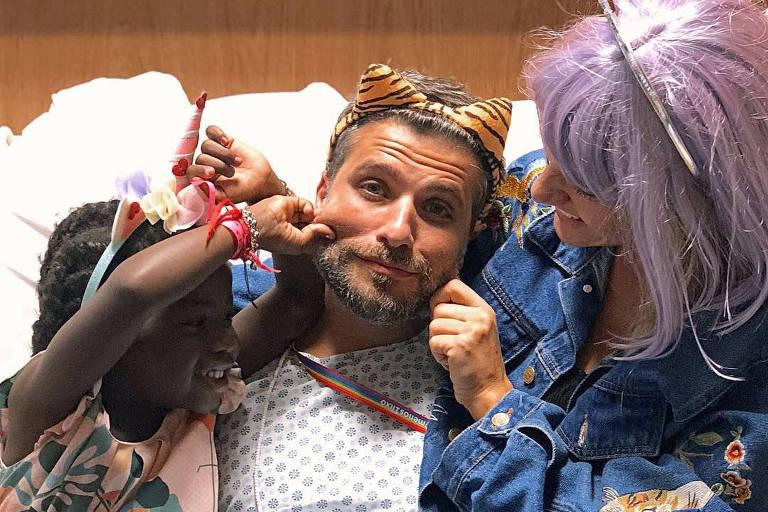 Giovanna Ewbank e a filha, Titi, fazem festa para Bruno Gagliasso, que passa por tratamento médico