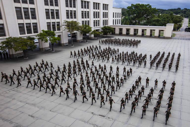 O Brasil, que tem força militar de 334.500 uniformizados, gastou em 2018 1,4% de seu PIB com defesa de acordo com o IISS (1,51% segundo o governo), mas 89% do valor vão para pagamento de pessoal e inativos