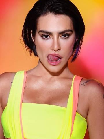 Cleo publica fotos sensuais antes de curtir o Carnaval