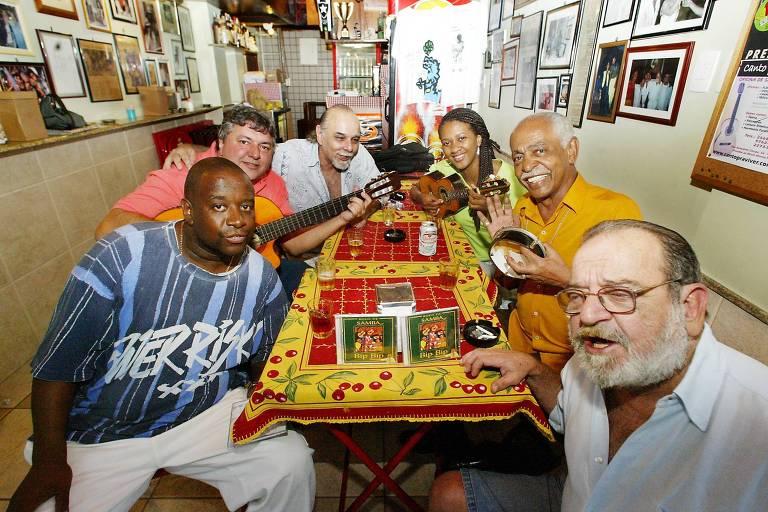 """Alfredinho, à direita, em roda de samba no bar """"Bip Bip"""", em Copacabana, no Rio de Janeiro"""