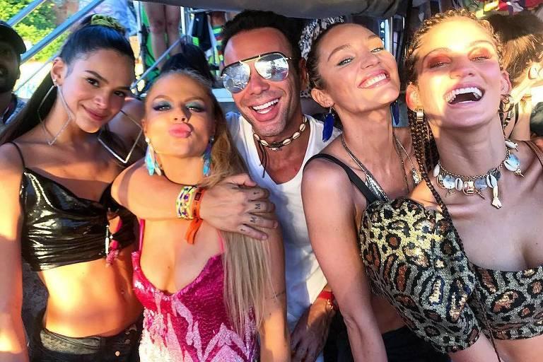 Bruna Marquezine, Luísa Sonza, Matheus Mazzafera, Candice Swanepoel e Laura Fernandez no trio de Ivete Sangalo